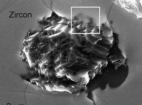 Podrobný snímek domnělých starých diamantů pod elektronovým mikroskopem odhalil...