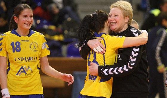 Zlínská brankářka Lenka Černá se raduje se svými spoluhráčkami.