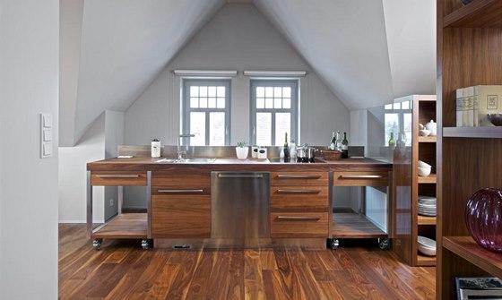 Kuchyňská sestava je zhotovená na míru, nádobí je uložené v samostatných