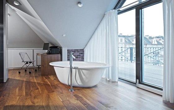 Akrylátovou vanu Elipso Duo Oval (Kaldewei) umístěnou volně v obývacím prostoru