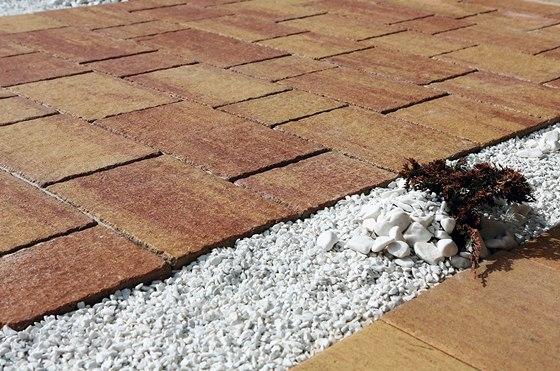 Díky speciální úpravě CSB-Clean Protect vydrží betonová dlažba v okolí domu
