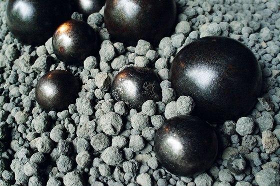 Slínek (vypálená směs vápence a slínovce) tvoří meziprodukt při výrobě cementu.