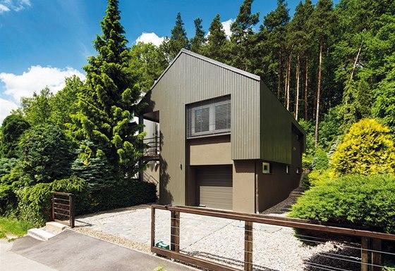 Dům po rekonstrukci - tmavě šedý nátěr pocitově začleňuje objekt do blízkého