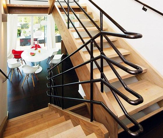 Na schodiště bylo použito jasanové dřevo a železné topenářské trubky.