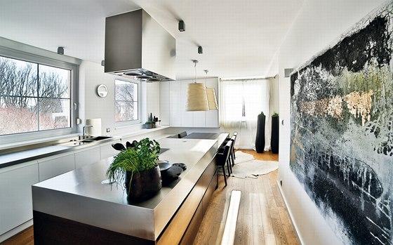 Majitelé si přáli propojit kuchyni s jídelnou i dalším prostorem.