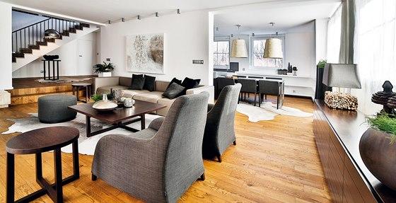 Se stěnou mezi jídelnou a obývacím pokojem se majitelé také rozloučili, prostor