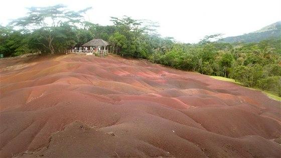 Země sedmi barev nedaleko Chamarelu je unikátní malé území tvořené dunami,