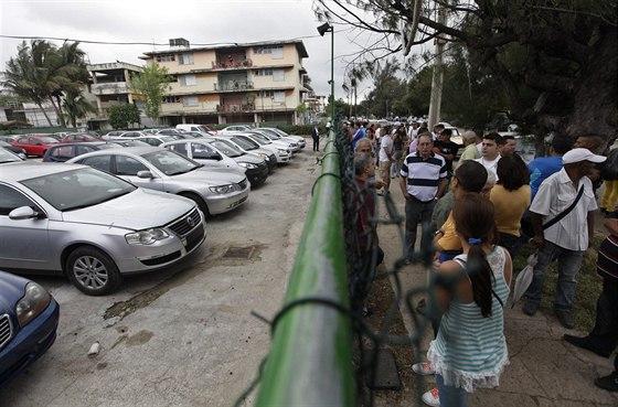 Kubánci si prohlížejí ojetá auta. Vláda sice umožnila všem nákup nového vozu,...