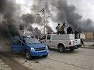Bojovníci al-Káidy projíždějí ulicemi Fallúdži (4. ledna 2014)