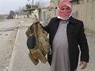 Sunnitský povstalec v Ramádí ukazuje neprůstřelnou vestu zabitého iráckého...