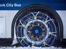 Autobusy v New Yorku vyráží do ulic jen se sněžnými řetězy (4. ledna 2014)