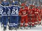 DOBOJOVÁNO. Hokejisté Detroitu (v červeném) vedeni Henrikem Zetterbergem se...