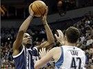 Kevin Durant (vlevo) z týmu Oklahoma City střílí přes Kevina Lovea z Minnesoty