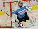 V duelu na led� Bud�jovic zasahuje boleslavsk� brank�� Michal Valent.