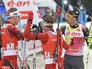 TŘI NEJLEPŠÍ V CÍLI. Vítěz Emil Hegle Svendsen z Norska (vlevo), se zdraví s...