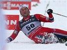 PÁD DO CÍLE. Vítěz sobotního závodu Petter Northug za cílovou páskou padl...
