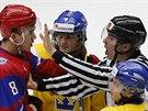 Rozhodčí se snaží ukončit rozepři mezi Rusem Trjamkinem a Švédem Karlssonem.