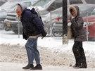 Chodci v Buffalu čelí sněhu a větru během bouře, která zasáhla severovýchod USA