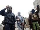 Bojovníci al-Káidy pochodují v ulicích irácké Fallúdži poté, co z města...