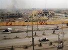 Prázdné silnice a zničené budovy po bojích vládních jednotek a bojovníků Al-...