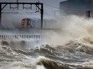 Velká Británie čelí lijákům, silnému větru a rozbouřenému moři (3. ledna 2014).