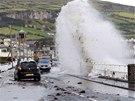 Několikametrové vlny narážejí na pobřežní silnici ve vesnici Carnlough v...
