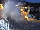 Několikametrové vlny bičují pobřeží města Saundersfoot v západním Walesu (3....