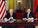 Michail Gorba�ov s americk�m prezidentem Georgem Bushem podepisuj� ve V�chodn�m pokoji B�l�ho domu mezin�rodn� smlouvu o ukon�en� v�roby chemick�ch zbran� a likvidace jejich z�sob. (1. �ervna 1990)