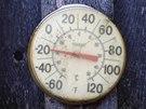 Venkovní teploměr na dvoře domu v Minneapolisu atakuje hranici třiceti stupňů...