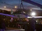 Na rušné silnici v newyorském Bronxu nouzově přistálo malé letadlo.
