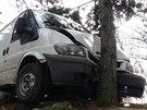 Ukradený transit po honičce s policií skončil nabouraný nad srázem.