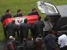 Muži nákládají rakev s ostatky Eusébia do limuzíny, která je vezla na pohřeb.