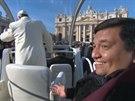 Argentinsk� kn�z Fabian Baez se svezl s pape�em Franti�kem jeho papamobilem po...
