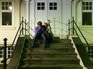 Charlie Sheen a Brett Rossi na schodech budovy bývalého francouzského konzulátu...