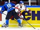 SOUBOJ. Dominik Volek a Fin Juuso Ikonen ve čtvrtfinále mistrovství světa.