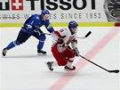 PRŮNIK. Český hokejista Jakub Vrána ujíždí v utkání proti Finsku.