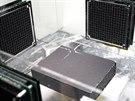 Levitující kuličky udržuje ve vzduchu souprava čtyř ultrazvukových reproduktorů.