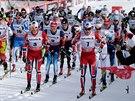 Masový start závodu na 15 km klasickou technikou.