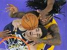Enes Kanter (v černém) z Utahu a Jordan Hill z LA Lakers bojují na doskoku.