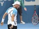Lleyton Hewitt  se vzteká po nevydařeném úderu v semifinále turnaje v Brisbane.