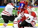 G�lman kanadsk� juniorky Zachary Fucale zasahuje v utk�n� s Ruskem.