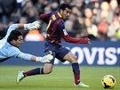 Pedro Rodrigez (vpravo) z Barcelony právě překonává gólmana Tono Martineze z...