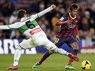 Neymar (vpravo) z Barcelony obchází Rubena Pereze z Elche.