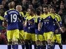 Fotbalisté Swansea City se radují z gólu v utkání s Manchesterem United.