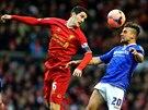 Luis Alberto (vlevo) z Liverpoolu b hlavičkovém souboji s Mikem Petrassem z...