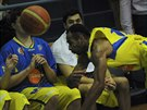 Ústecký basketbalista Kwamain Mitchell se pokouší udržet míč ve hře.