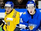 Finský junior Juuso Vainio (vpravo) uniká Andremu Burakowskému ze Švédska.