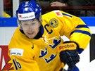 Švédský hokejista Filip Forsberg (vlevo) ujíždí s pukem na holi, zatímco Henri Ikonen z Finska padá.