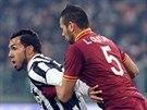 Carlos Tevez (vlevo) z Juventusu uniká Leandru Castanovi z AS Řím.