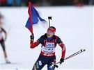 Olga Viluchinová finišuje s ruskou vlajkou nad hlavou v závodě štafet na